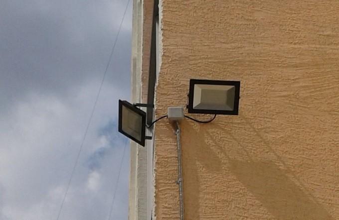 Установка светильников на доме в Бердске